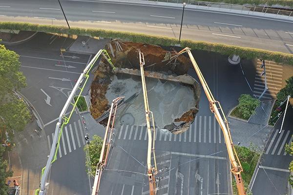 广州地铁十一号线沙河站施工区域出现路面塌陷。视觉中国 图