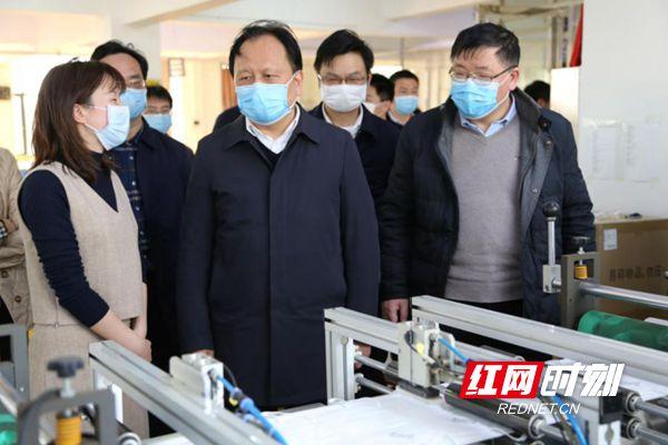 周农(前排左二)率队来到长沙芙蓉口罩厂调研防疫物资生产保障情况。