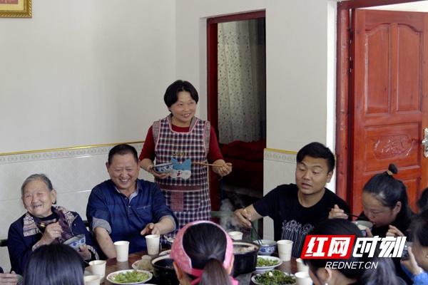 一家人吃团圆饭。