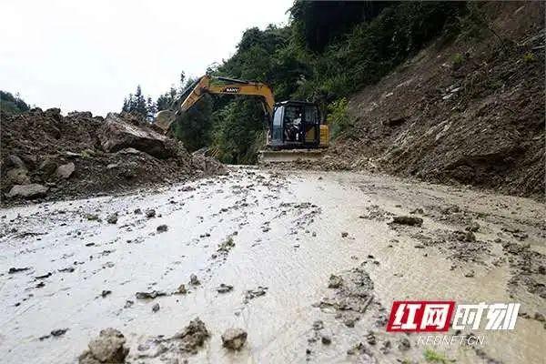 ▲7月11日,永定区教字垭镇朝天村道路塌方处正在清理。