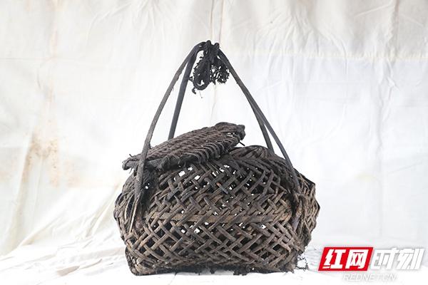 竹篾篓,用来放在柴火灶上烘培腊肉、猪血丸子的容器。