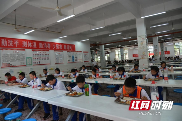 在湖南师大附中博才实验中学餐厅,学生单向就坐用餐。
