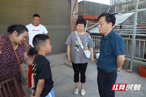 河坝镇中心完小校长岳平(右一)和老师在学生家中走访。