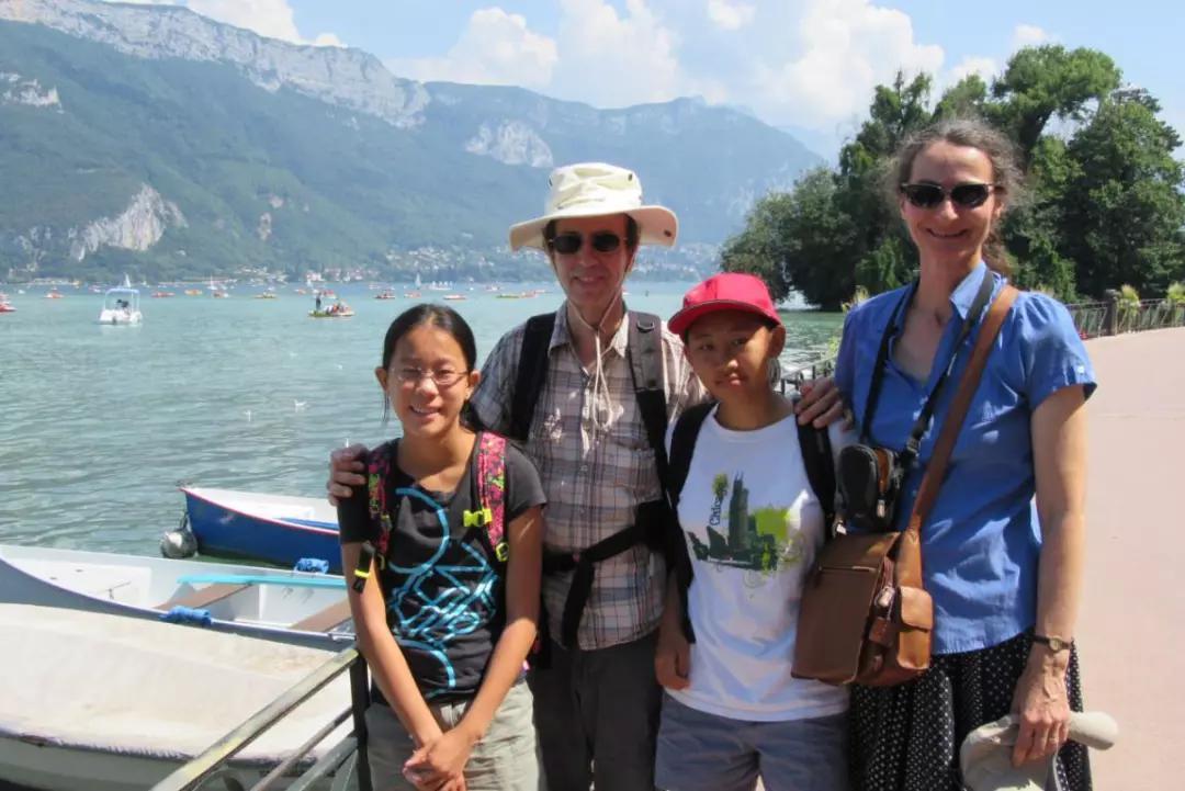 常翠翠(左三)和养父母、妹妹。