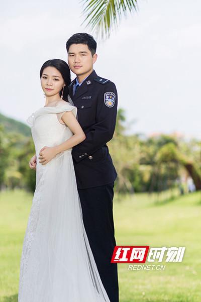 在这组迟到的婚纱照上,匡兵带有疤痕的左手藏在了温琦华身后。