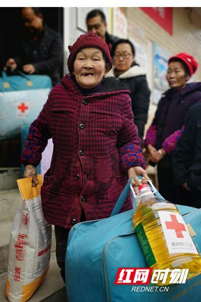 湖南省红十字会为上百户困难家庭送去节日慰问物资