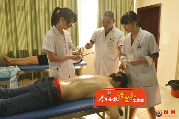 李昭志(中)在指导科室医师诊疗病人。