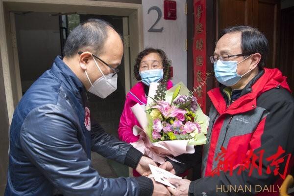 3月6日,长沙市雨花区三重星都心小区,志愿者上门慰问抗疫一线医护人员家属