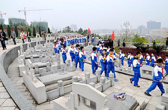 学生到平江烈士陵园瞻仰先烈 图片来源:平江网