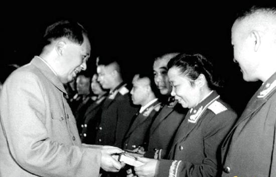 1955年9月,毛主席为李贞将军授勋章。
