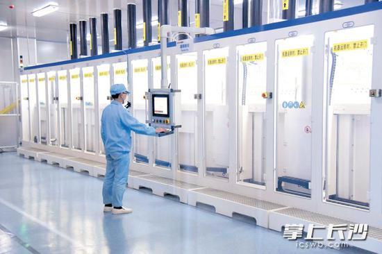 麓谷企业红太阳光电的PERC高效电池智能制造示范线上,员工正在操作。长沙晚报通讯员 刘攀 摄