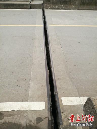 ▲桥梁交通标线发生了错位现象