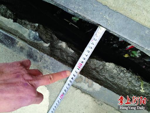 ▲桥梁西侧伸缩缝平均宽度为120毫米