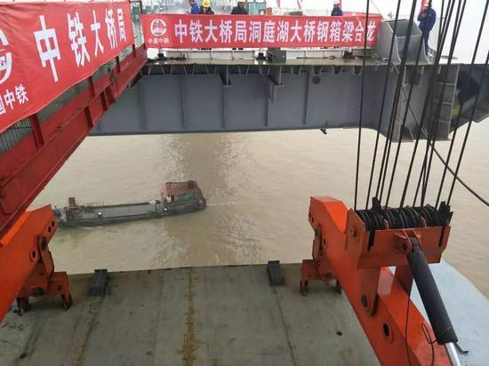图为蒙西华中铁路洞庭湖大桥主桥钢箱梁合龙施工过程