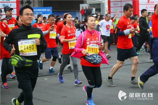 (2016年长沙国际马拉松赛,2万多来自世界各地的马拉松爱好者参赛。)