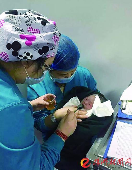 医护人员照顾新生女婴(受访者 提供)
