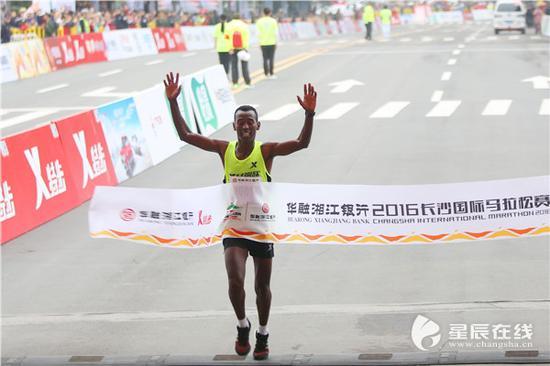 (2016年冠军选手冲线瞬间。以上三图由星辰全媒体记者 王希文/摄)