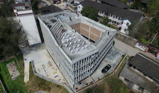 环形走廊,天井空地,楼顶天台都将成为对外开放的公共区域,提供给村民