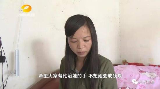 为了帮助小思怡,记者带着母女俩来到了省人民医院烧伤整形科进行检查。