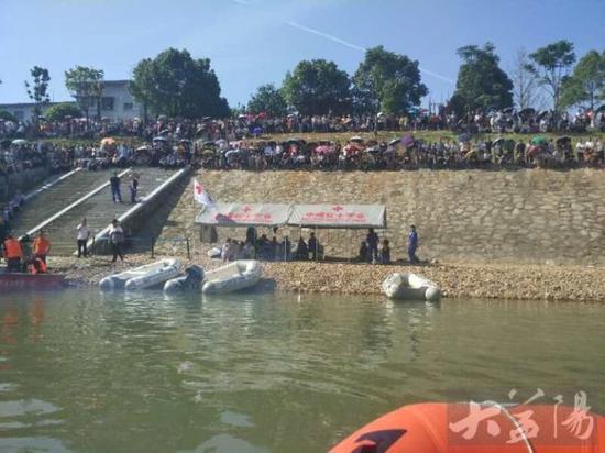 红十字蓝天救援队一直驻守现场。