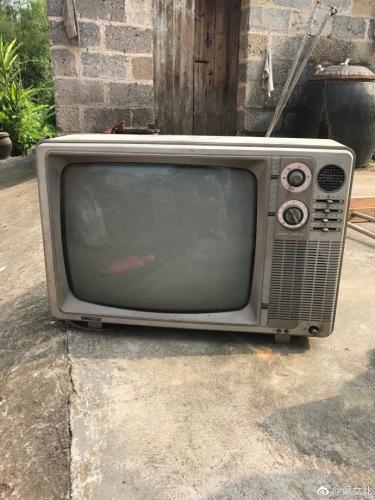 图为网友@飒女儿的老古董电视