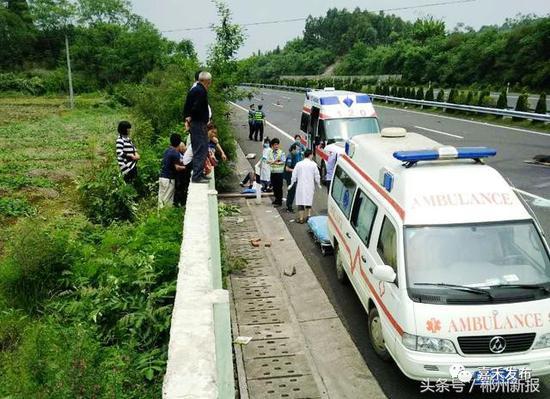 小车高速上翻车 郴州嘉禾群众用粗木棍和砖头及时救援
