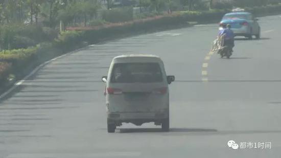 真相记者随后立即配合执法人员展开调查,通过蹲守,当日上午,记者发现了王先生口中的那台银色面包车。