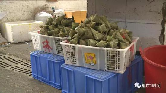 记者随后也在现场购买了一些粽子,经过观察,这些粽子并不新鲜,其价格和市场内现场制作的粽子相比,竟然快便宜了将近一半。