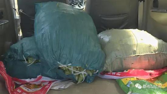 此时,车子里已满载着粽子,一名男子正拖着板车,给市场内的食品摊贩依次送货。