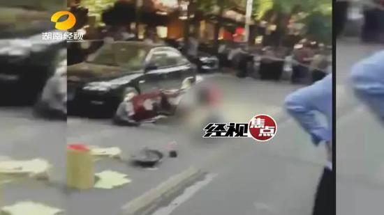 根据目击者拍摄的图片,事发现场被拉起警戒线,男子已经不幸身亡,骑的车也倒在了一边。
