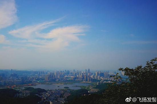 昨天,长沙天空湛蓝。(图片来源:新浪微博@飞扬发髻)