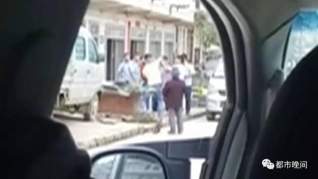 而在目击者提供的视频里,对货车司机杨师傅拳脚相加的是滩头镇城管中队的队员。