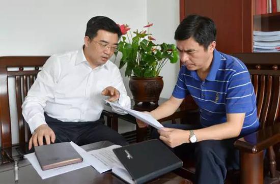 株洲市委常委、市纪委书记赖馨正(左)接受专访