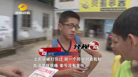 记者在学校周边采访,就有学生反映自己被牙签弩打过,非常痛。