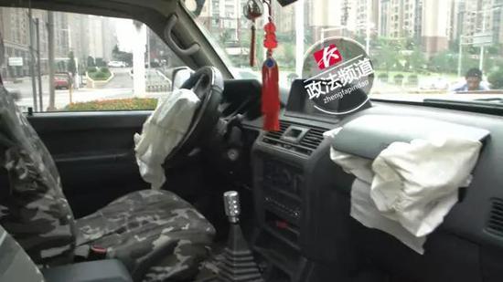 ▲记者从现场了解到,这辆越野车的车头已经严重损毁,车内的安全气囊也已经弹出,可见当时撞击力度非常的大。