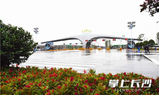 长沙黄花综合保税区今日正式封关运行。