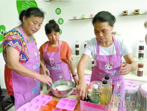 志愿者在制作手工酵素肥皂。