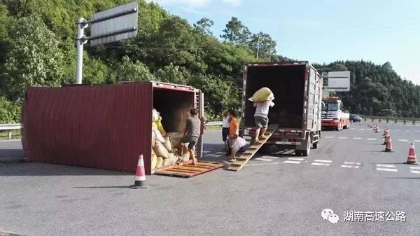 救援车辆正在转运货物