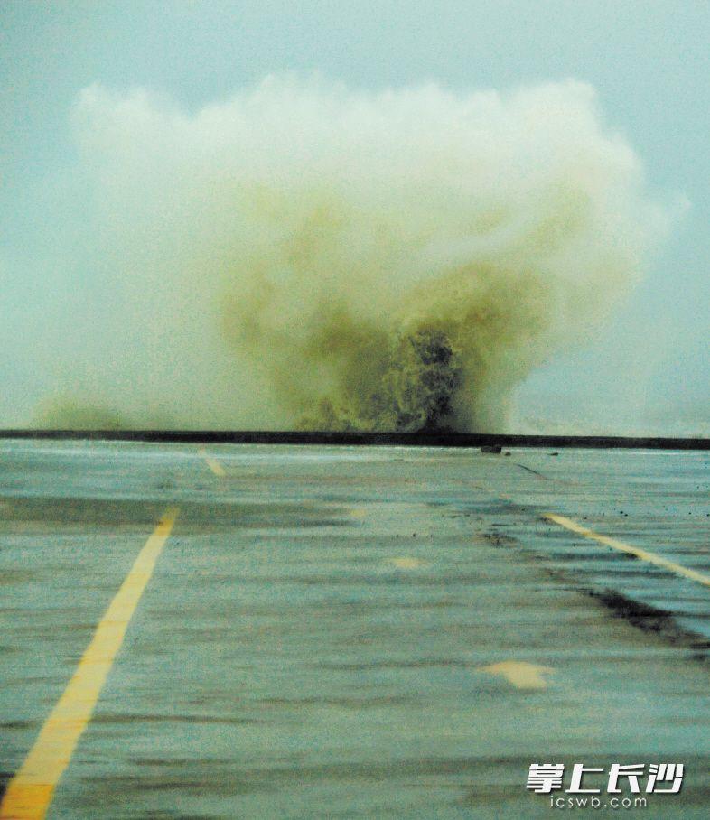 """7月30日,在距离台风""""纳沙""""登陆点不远的福建省莆田市石城村轮渡码头,海浪拍打码头激起大浪。 均为新华社发"""