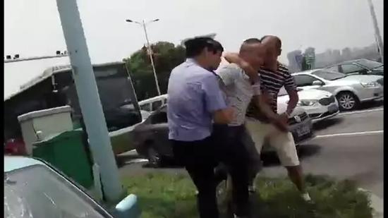 """长沙一的士司机迎面撞警车后逃跑  车内""""秘密""""太多"""