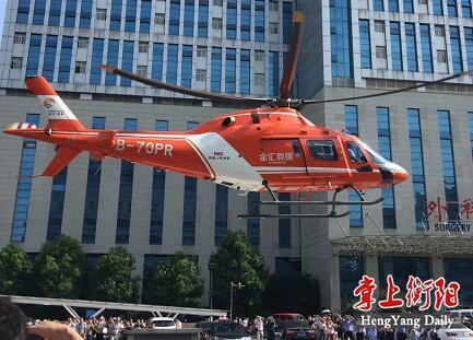 15:56分,飞机起飞!16:38分,飞机在湘雅降落,患者被直接送进了手术室。