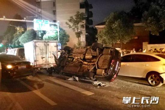 连撞五车后,张某驾驶的黑色小车侧翻,造成了交通堵塞。天心交警供图