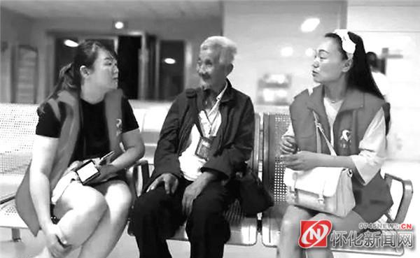 """图为怀化义工在医院陪伴""""香蕉爷爷""""。"""