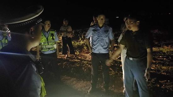 上述工作人员介绍,在拍摄片场,有不少市民朋友在围观,警方为了防止有人别有用心的生事,特意在片场旁悬挂了横幅加以说明。