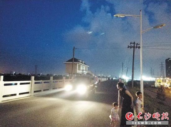 捞刀河南岸河堤上不时有汽车驶过,沿线路灯不亮带来安全隐患。 长沙晚报记者 林森 摄