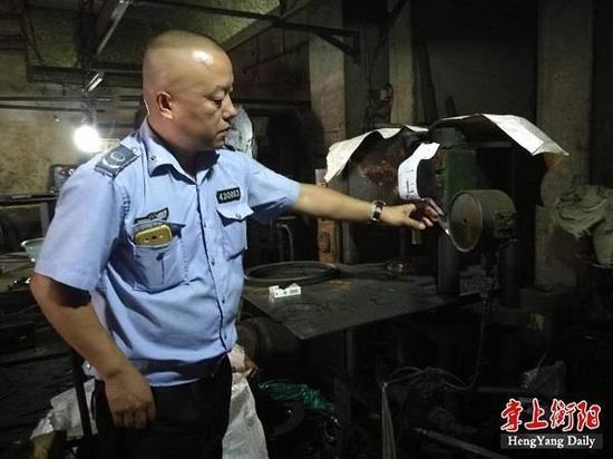 ▲执法人员查封生产加工设备
