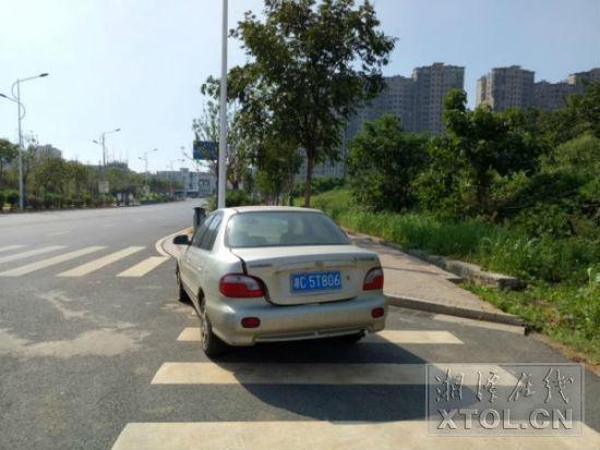 这辆湘C牌照的小车停在火炬北路的斑马线上近两个月。