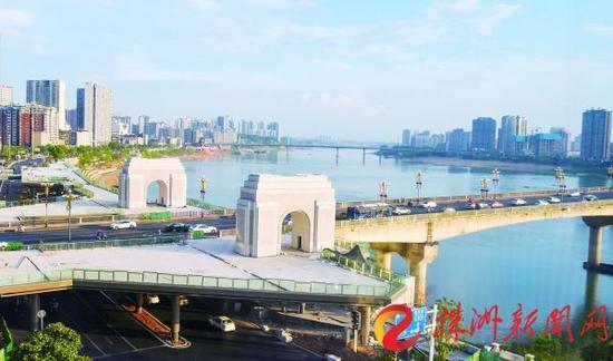"""8月23日,俯瞰河东湘江风光带""""城市阳台""""(记者 刘震 摄)"""