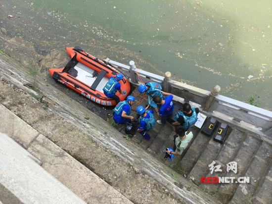 蓝天救援队队员正在做搜救准备。