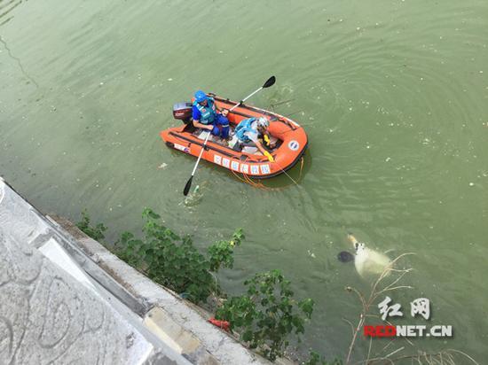孩子被打捞上岸。